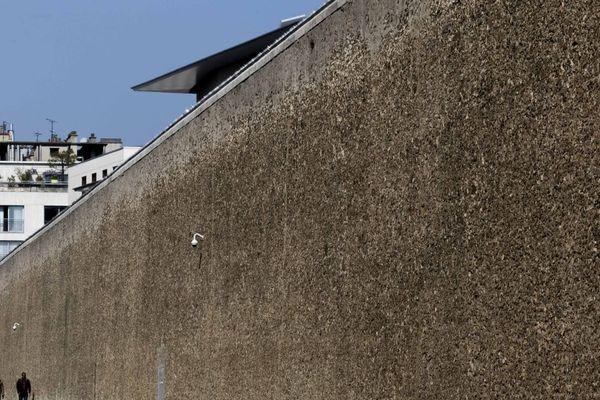 L'un des murs bordant la prison de la Santé, à Paris.