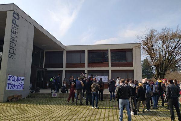 Les étudiants de l'IEP de Grenoble se sont rassemblés mardi 9 mars 2021 contre l'islamophobie.