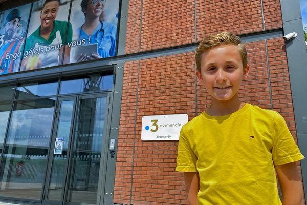 Louan, 13 ans, présentateur de journaux télévisés, devant l'entrée de la station régionale de France 3 Normandie à Rouen le 23 août 2021