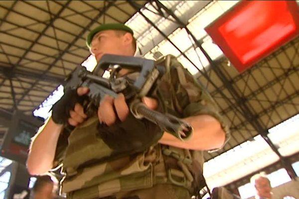 Un militaire français en patrouille à la gare Saint-Charles à Marseille