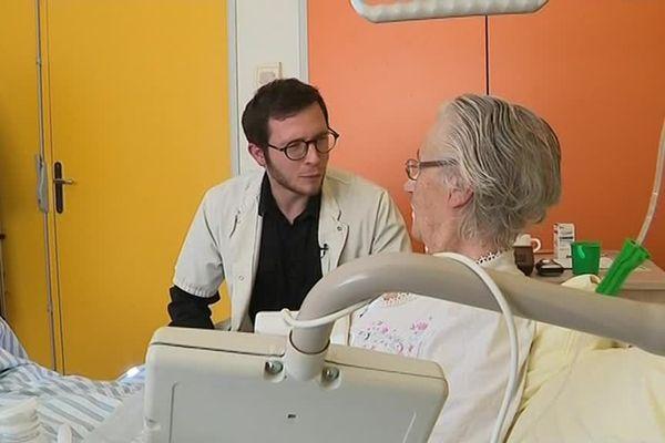 Le médecin Jean-Baptiste vient de signer une convention avec le département, en échange d'un accompagnement et de 700 euros il va passer cinq ans à l'hôpital de Mende en Lozère - janvier 2019