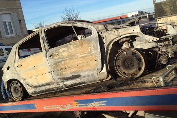 Une des voitures brûlées dans la nuit du dimanche 26 au lundi 27 décembre 2015 à Parthenay (79).