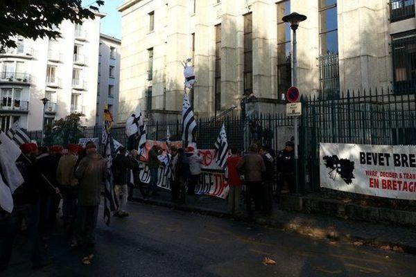 Le rassemblement des Bonnets Rouges devant le tribunal de Brest