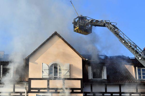 Les pompiers mobilisés sur l'incendie de Schiltigheim dans la nuit du 2 au 3 septembre ont mis de nombreuses heures à venir à bout des flammes