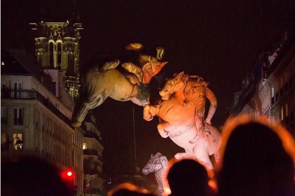Présentés lors de la nuit blanche 2019 à Paris, les chevaux des Plasticiens volants, seront visibles ce week-end à Graulhet (Tarn).