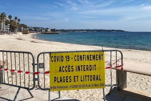 L'accès aux plages et au littoral est actuellement interdit dans toute la région, ici Juan Les Pins dans les Alpes-Maritimes.