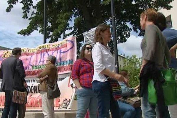 """Le Comité  """"Jeunes majeurs"""" mobilisé devant le conseil général du Loiret le 30 juin 2014"""