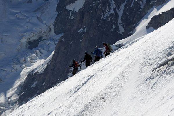 Des alpinistes qui marchent sur le massif du Mont-Blanc au-dessus de la vallée blanche - Photo d'illustration