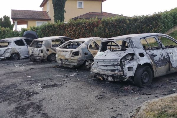 Les voitures ont été incendiées quartiers des Remparts et du Triforium à l'Isle-d'Abeau.