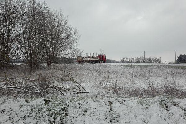 Plusieurs centimètres de neige sont tombés dans la nuit du 17 au 18 mars entre Noailles et Méru, dans le sud de l'Oise.