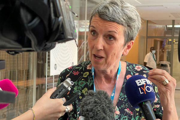 Fabienne Grébert, qui a obtenu 29 voix réagit juste après l'annonce de la ré-élection de Laurent Wauquiez (134 voix)