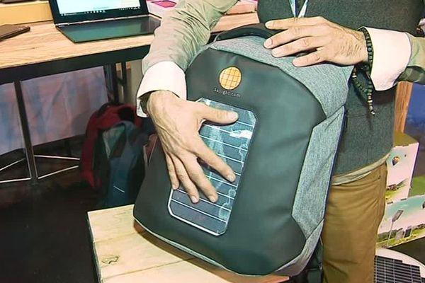 Ce sac est révolutionnaire : un panneau photovoltaïque situé à l'extérieur du sac capte l'énergie, tout en étant relié à une batterie. On peut alors charger son téléphone à partir du sac.