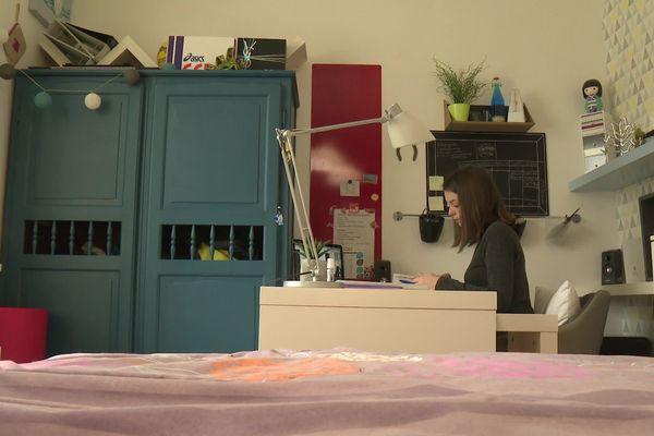 Chloé, une jeune lycéenne rennaise, révise actuellement les œuvres de Jean Racine pour l'oral de français du baccalauréat.