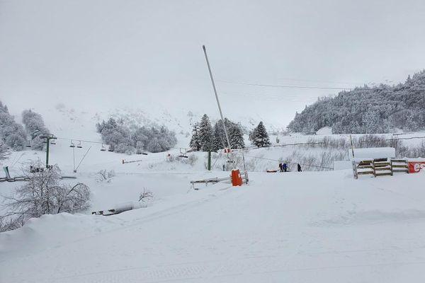 Les remontées mécaniques restent fermées dans les stations de ski, comme ici, au Mont-Dore dans le Puy-de-Dôme.