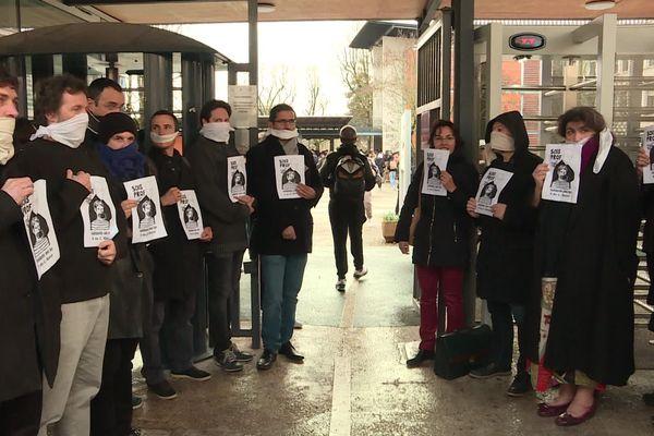 Au lycée polyvalent Clément Marot à Cahors, une quarantaine professeur a fait une haie d'honneur pour protester contre les lettres de menaces de sanctions reçues par 9 d'entre eux du rectorat.