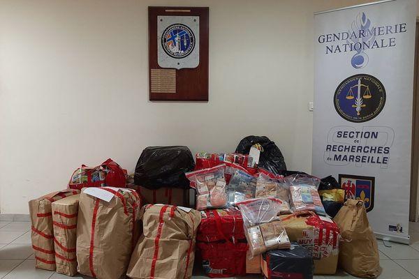 Les gendarmes ont pris en flagrant délit un trafiquant de drogue et un routier lituanien en pleine transaction, échangeant 70 kg de cocaïne contre 1,2 million d'euros en liquide.