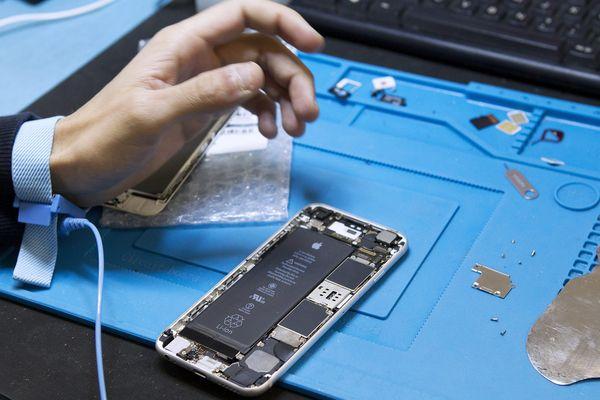 Réparés, nettoyés, les téléphones portables ressortent des usines de reconditionnement comme neufs.