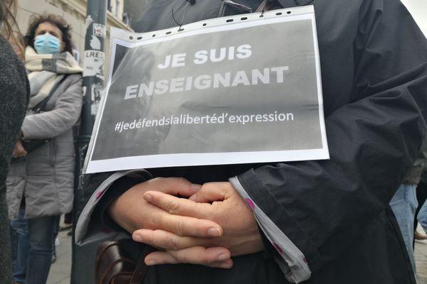 Dans le rassemblement à Rennes, en hommage au professeur tué à Conflans-Sainte-Honorine