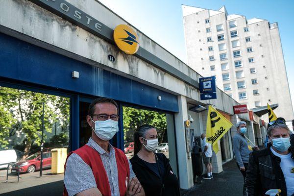 Les représentants syndicaux étaient rassemblés ce lundi 7 juin devant le bureau de poste de la Benauge.