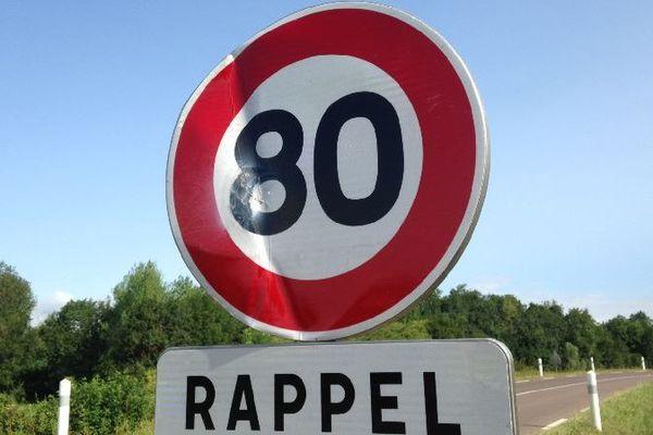 Les panneaux limitant la vitesse à 80 km/heure (au lieu de 90 km/heure) ont de nouveau été vandalisés sur la RN 151 dans l'Yonne, comme ici à l'entrée de Vallan.