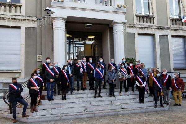 Ces maires réunis devant le parvis de la mairie de Privas en Ardèche dénoncent la fermeture des commerces de proximité.