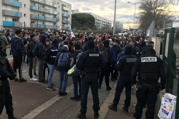 Blocage devant le lycée Kastler de Talence pour empêcher la tenue des épreuves E3C.