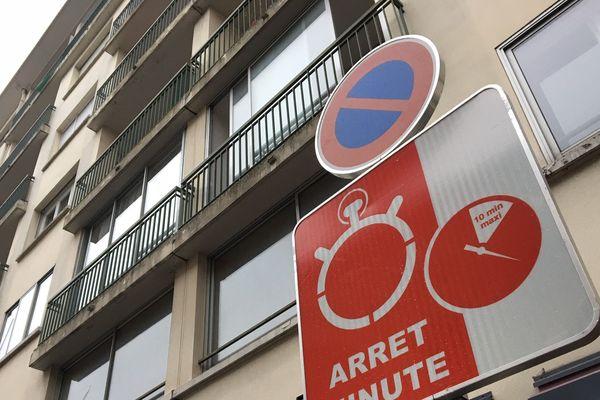 """Les emplacements """"arrêt minute"""" sont équipés de capteurs détectant le dépassement du temps de stationnement"""