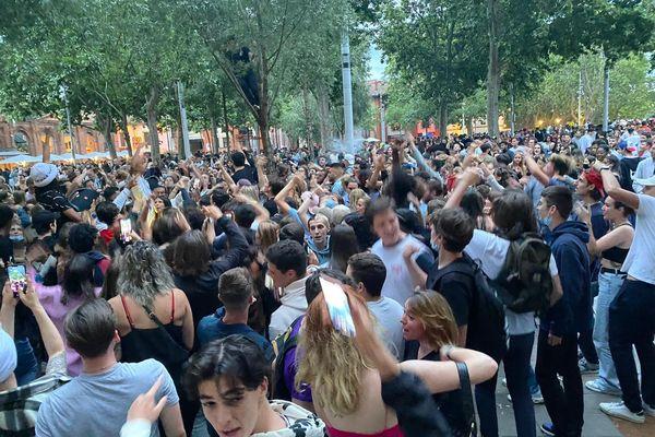 """A Toulouse, sur les bords de la Garonne, les jeunes se sont """"lâchés"""" après plus d'une année de restrictions sanitaires drastiques. 21 juin 2021."""
