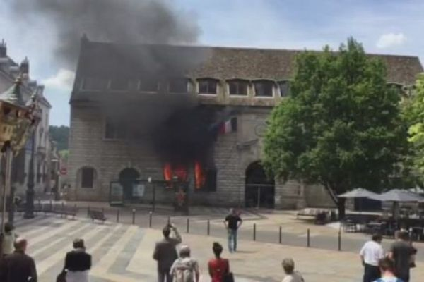 L'incendie volontaire a ravagé en juin dernier une grande partie l'Hôtel de Ville au centre de Besançon