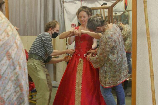 """Les """"petites mains"""" s'affairent autour de la robe de Marie Tudor"""