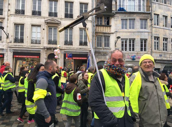 500 personnes au moins réunies pour dire non aux armes sublétales en France.