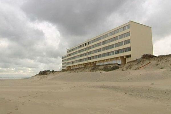 """Symbole des bouleversements climatiques avec la multiplication des tempêtes etl'érosion dunaire, l'immeuble """"Le Signal"""", édifié en 1967, n'est plus qu'à une douzaine de mètres de l'océan."""