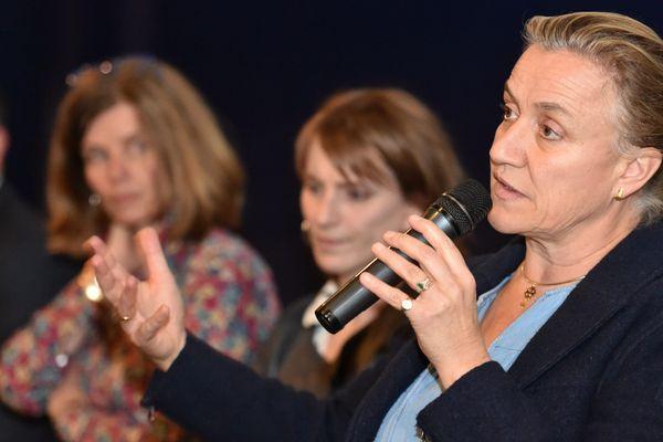 """Irène Frachon lors d'un débat de la tournée promotionnelle du film """"La film de Brest""""."""