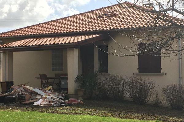 L'explosion s'est produite dans la cuisine de ce pavillon, route vieille de Carmaux à Arthès (81) entraînant l'effondrement partiel du toit et la mort d'un occupant âgé de 87 ans.