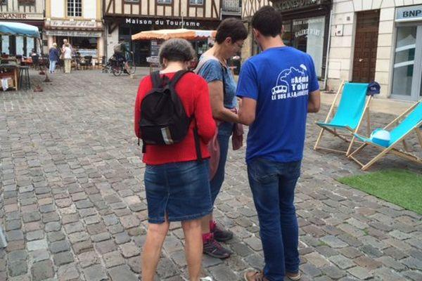 À Poitiers, comme dans une vingtaine d'autres villes en France, les jeunes de l'ADMD sont allés à la rencontre des passants pour leur parler de la fin de vie.