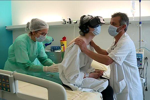 Pendant cette ponction lombaire, le patient regarde un enregistrement vidéo et oublie sa douleur