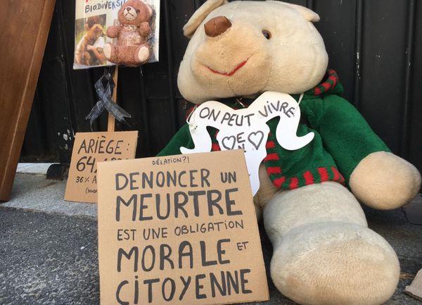 Les militants pro-ours ont appelé des nounours en peluche à la rescousse pour donner à leur action une tonalité pacifique et non-violente.