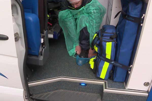 """Un des ambulanciers d' """"Activ'Ambulances"""" en train de s'équiper avant une intervention"""