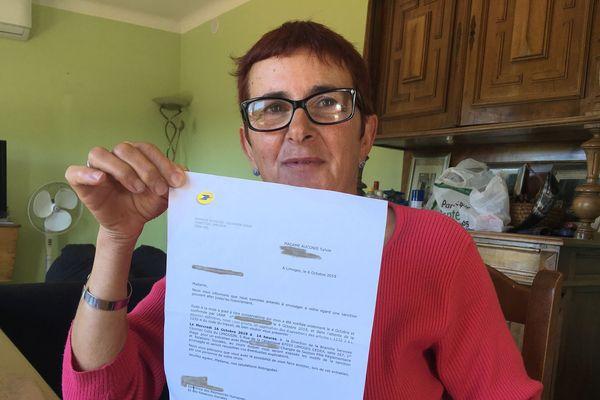 Sylvie Auconie avec la lettre de convocation reçue de sa direction