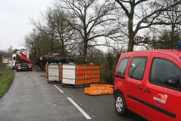 Le véhicule avait versé dans un fossé, avec son chargement de 6 000 poulets.