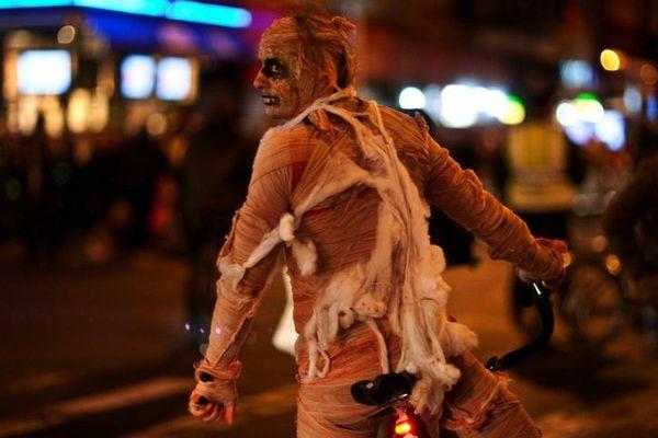 New-York : une momie à vélo