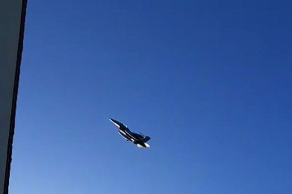 L'avion de chasse a survolé à deux reprises la maison de Claire, au Bono