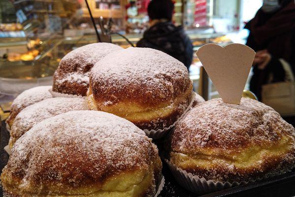 Les beignets remplissent les étals de la boulangerie Bertin à Mulhouse durant la période de carnaval