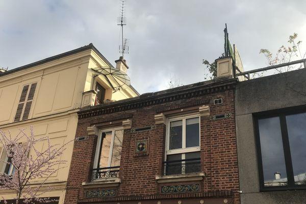 Un « élément de structure » s'est détaché de l'immeuble, d'après la BSPP.