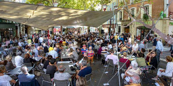 Chaque année, le Place de l'Hôtel de Ville est un lieu de rencontres privilégié du festival.