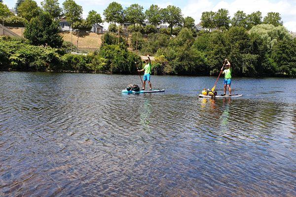 Deux copains se sont lancé le défi de descendre la vienne en paddle. Rencontre à Limoges, sur les bords de vienne.