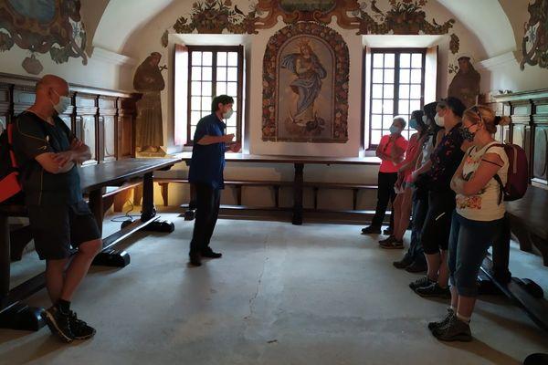 Un guide renseigne les visiteurs au monastère de Saorge, dans les Alpes-Maritimes.