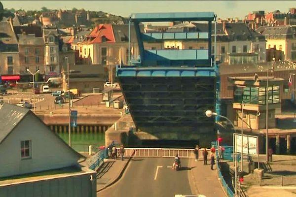 Le pont Ango se lève dans le centre-ville de Dieppe