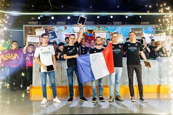 L'équipe française MCES lors de leur victoire à Katowice (Pologne) en juillet 2019, composée (de gauche à droite) de Lenaide, Synthé, Eryam, Hugo Stiglitz et Tryhard.