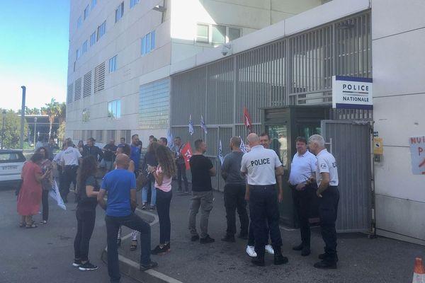 Les policiers réclament de meilleures conditions de travail devant le commissariat de Bastia.